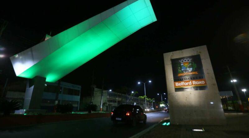 Pórtico de Belford Roxo recebe iluminação verde