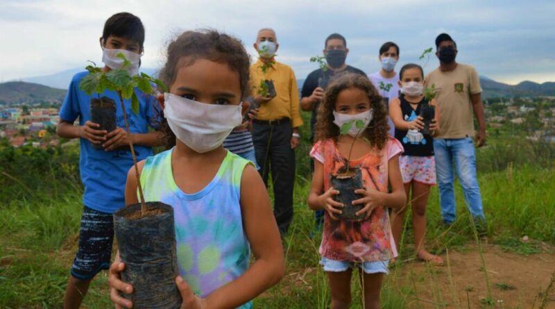 Reflorestamento no Horto municipal de Queimados