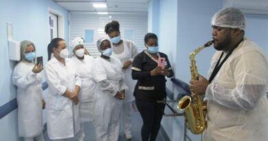 Saxofonista traz alegria em hospital em São João de Meriti